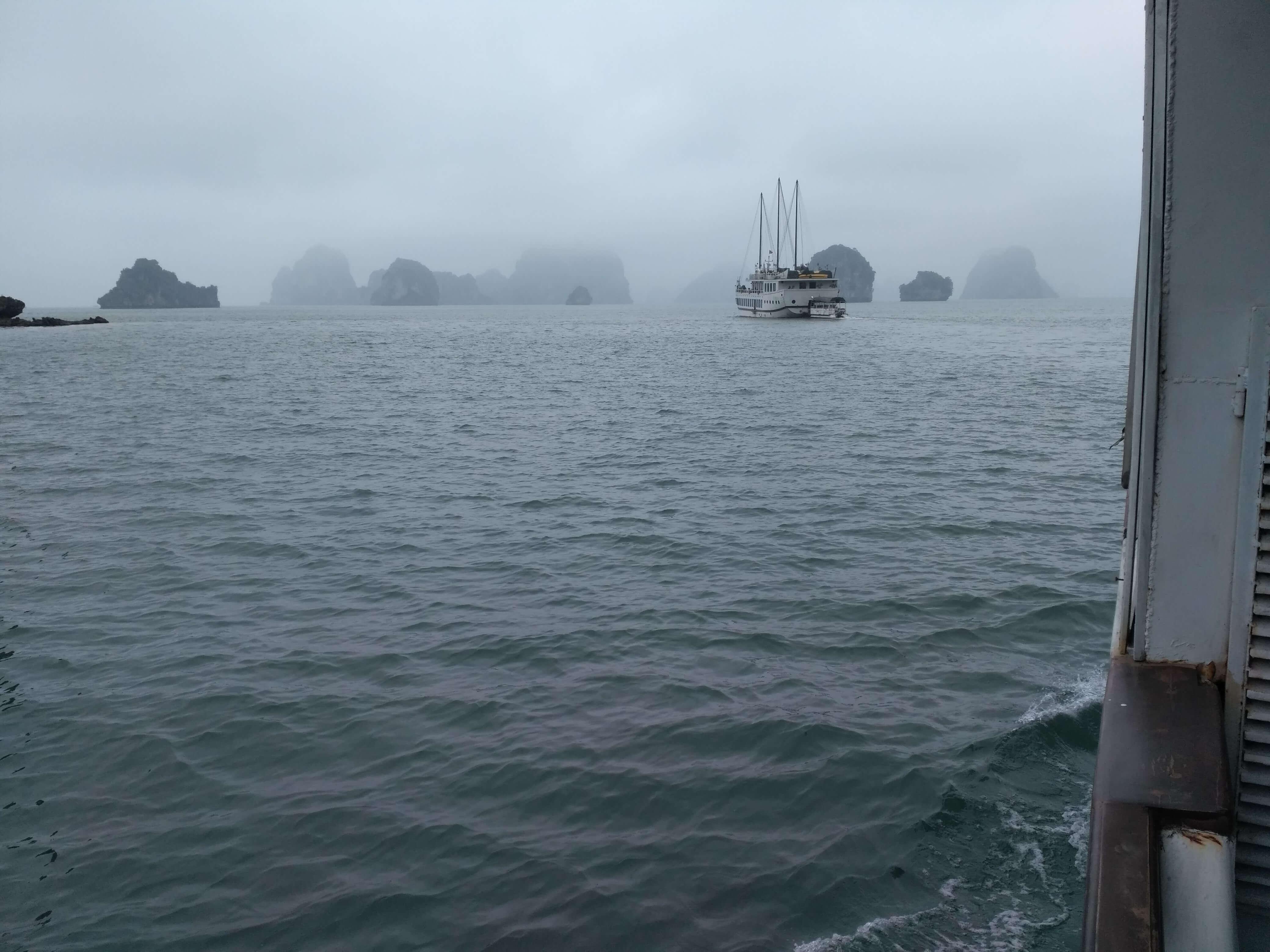 Halong Bay v mlze